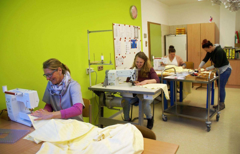 Don-Bosco-Berufsbildungswerk näht Schutzkittel für Seniorenheime