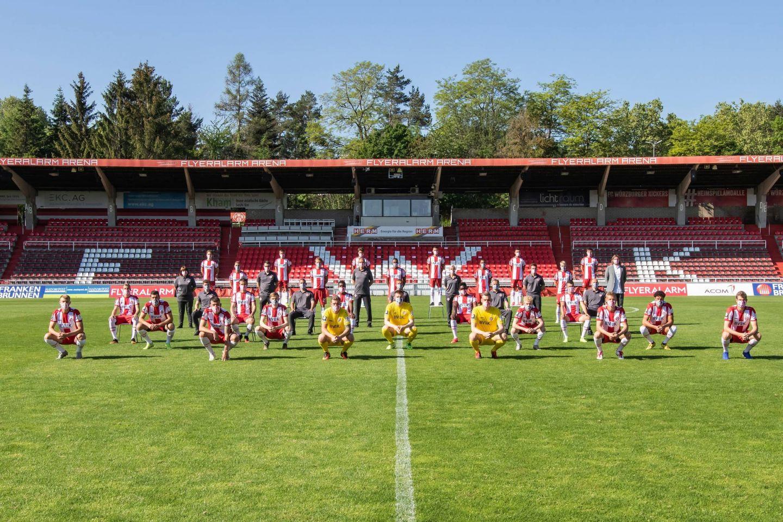 Mannschaftsfoto Würzburger Kickers 2020: Ein Team trotz A-b-s-t-a-n-d