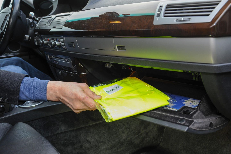 DEKRA: Warnweste in  Reichweite des Fahrers aufbewahren
