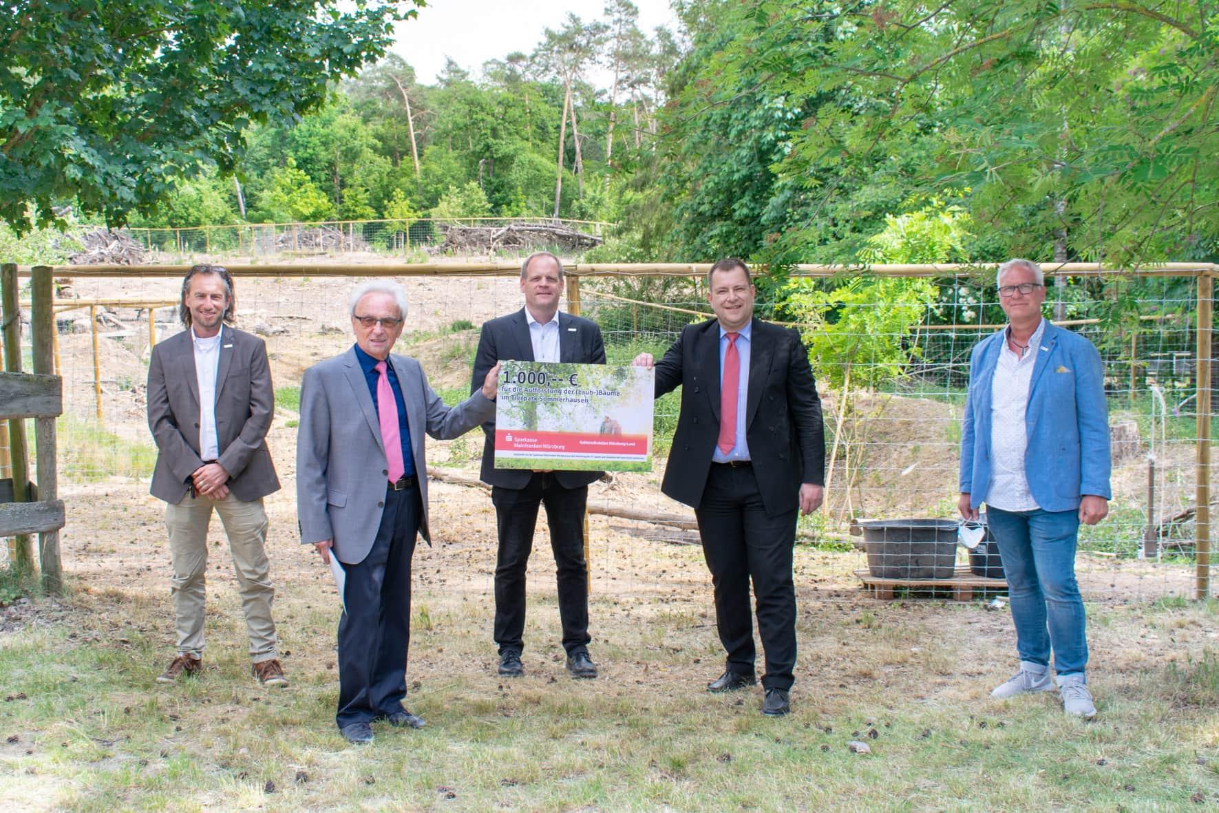 1.000 Euro für neue Bäume im Tierpark Sommerhausen