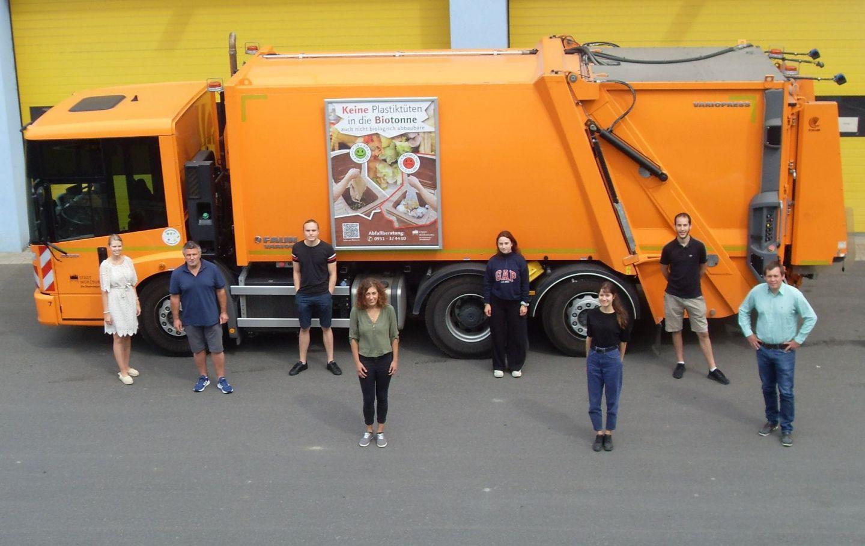 Ferienjob in Orange: Sechs Sommer-Stadtreiniger sammeln Schutt