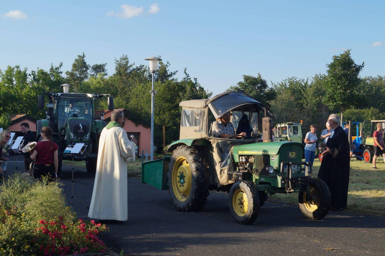 Mit dem Schlepper zur Messe: Bauern bitten um Gottes Beistand
