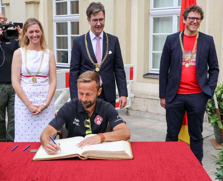 Rote Aufsteiger im Goldenen Buch: Damen und Herren der Würzburger Kickers feiern Aufstieg in die Zweite Liga