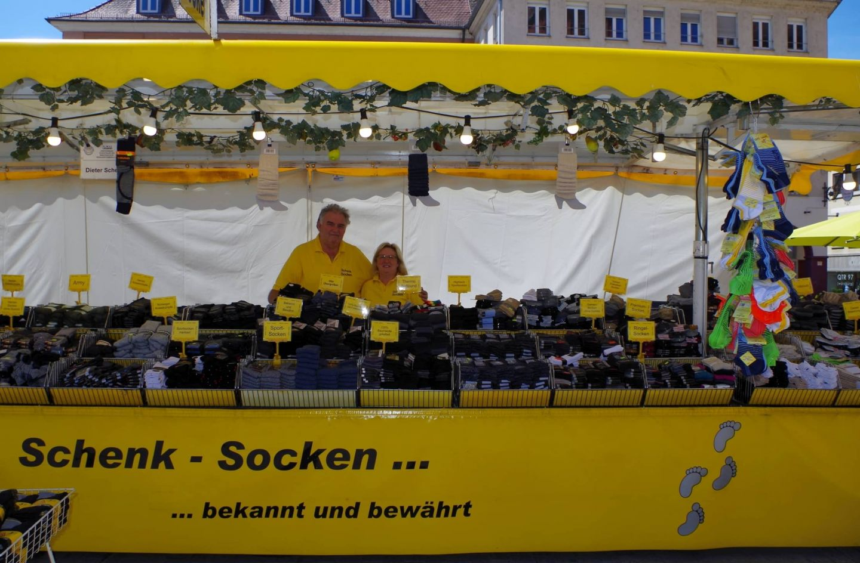Sein Stand ist für die Füße: Dieter Schenk ist seit 30 Jahren auf den Würzburger Messen zuhause