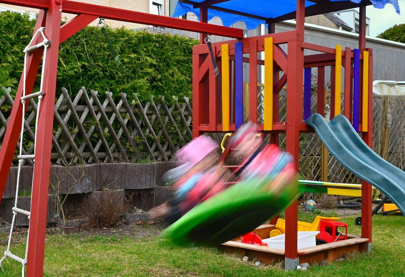 Spielgeräte im eigenen Garten – aber sicher: DEKRA gibt Tipps