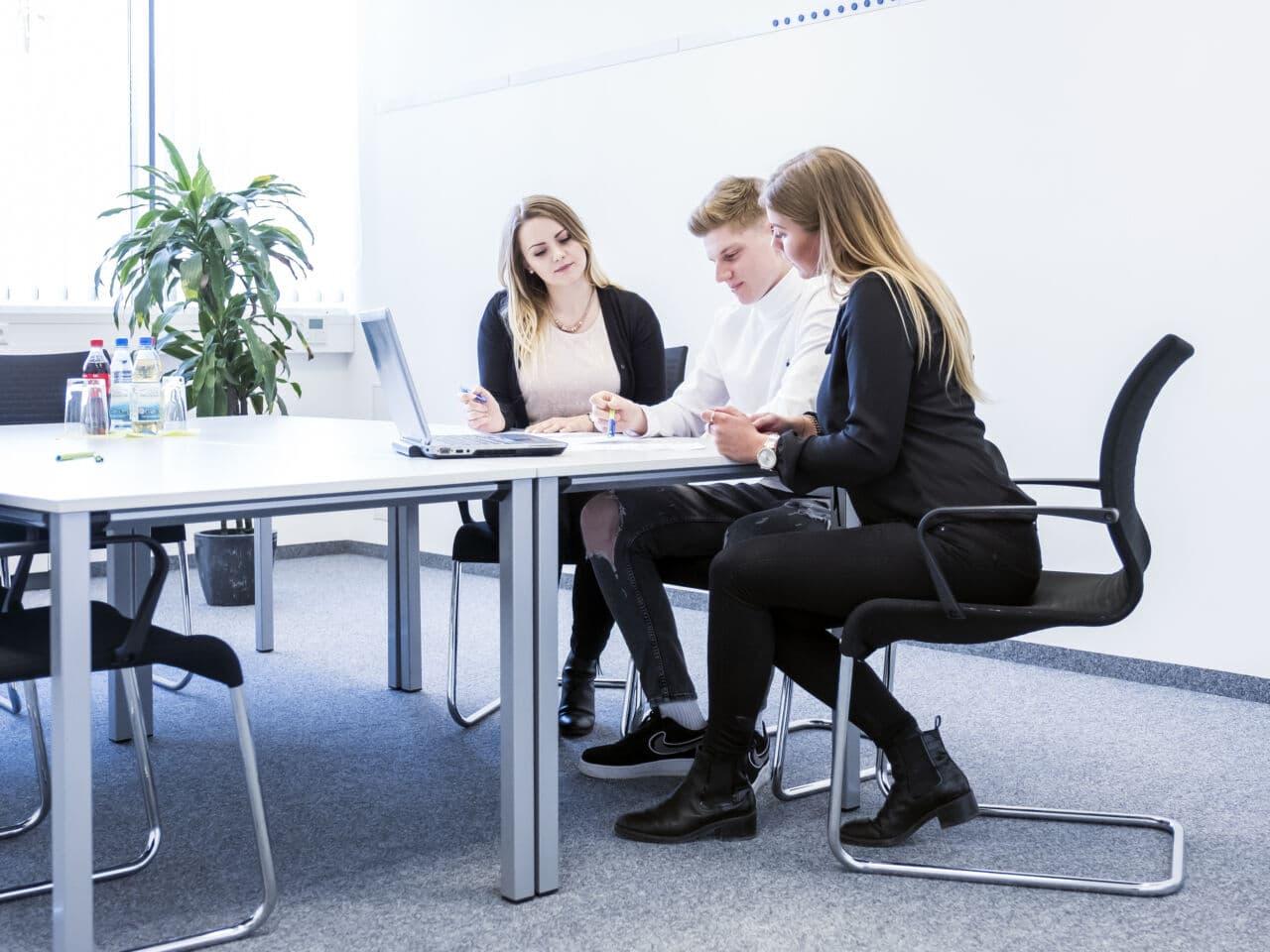 Mit Digitalkompetenz in den Büroalltag