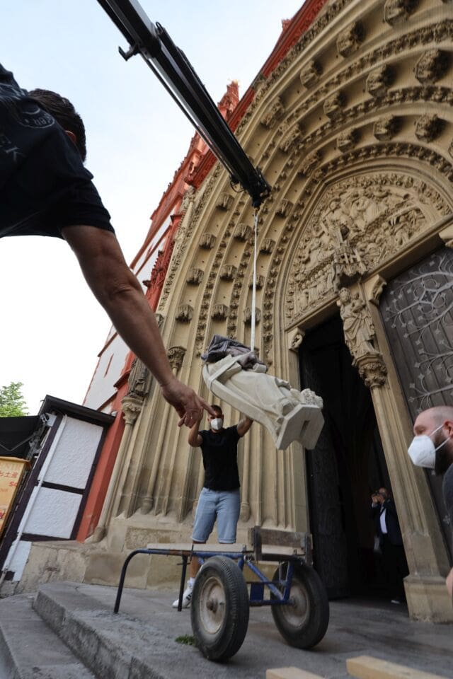 Kran hebt neuen Apostel für die Marienkapelle in Würzburg