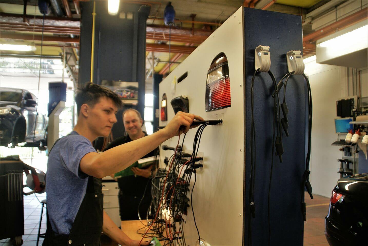 Caritas-Don Bosco-Bildungszentrum: Kfz-Lichtwand zum Üben
