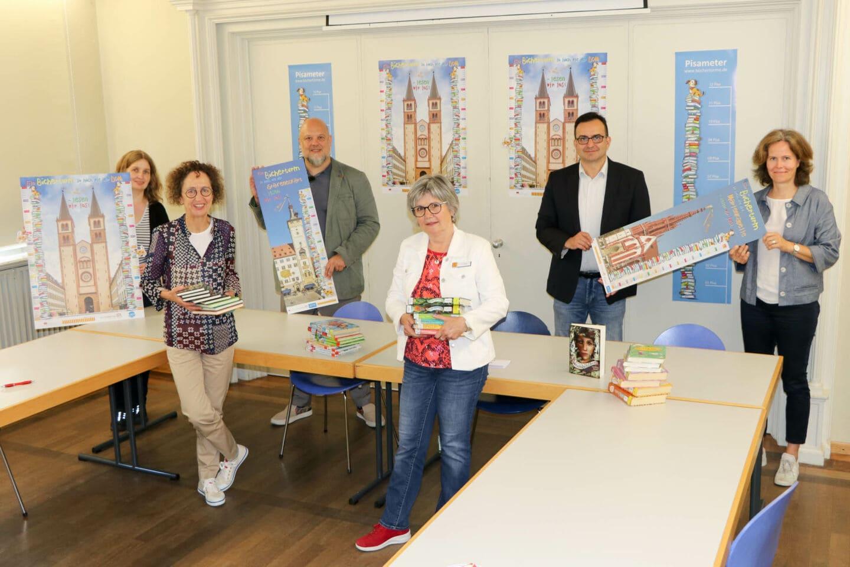 Büchertürme zwei Mal so hoch wie der Kiliansdom in Würzburg