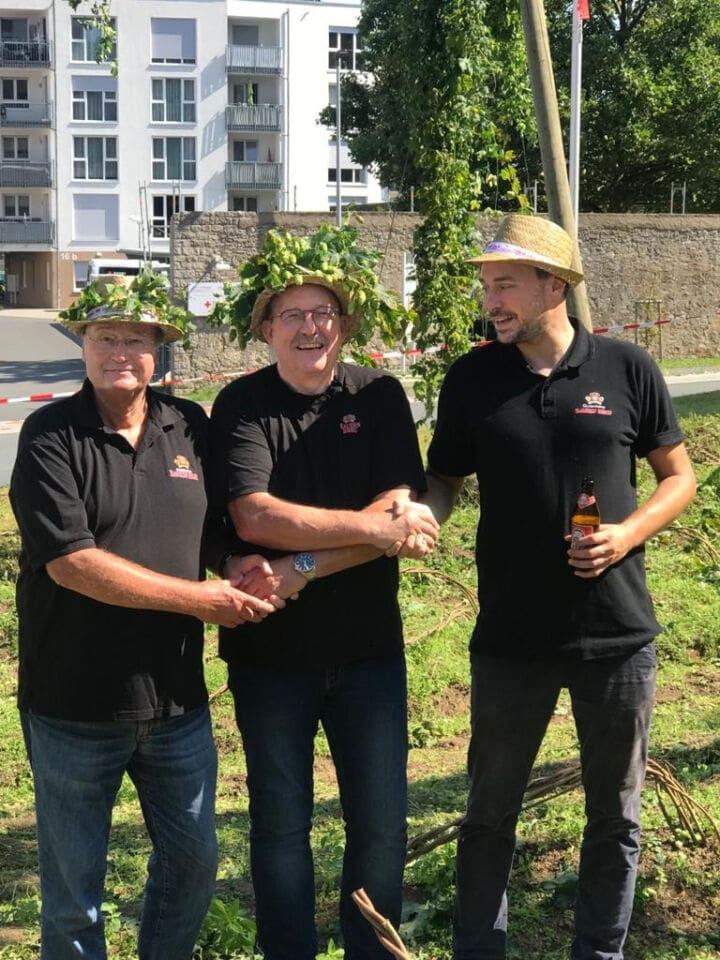 Gezupft, gebraut, gezapft, getrunken: Hopfenernte der Kauzen Bräu in Ochsenfurt